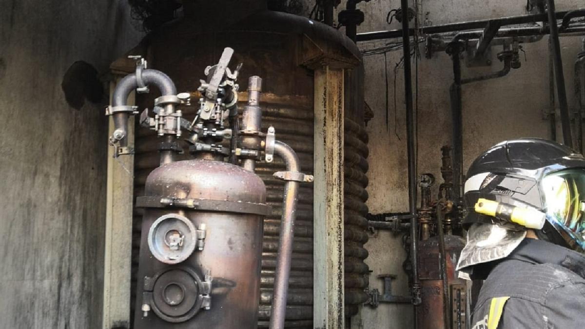 Un bombero en la sala afectada por el fuego en la planta química de San Cristóbal.