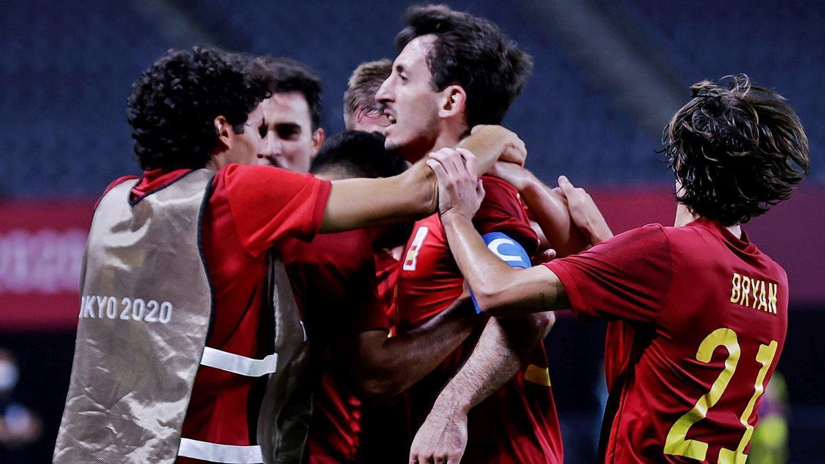 La selección celebra el ansiado gol marcado por Oyarzabal que les coloca como líderes de grupo, con cuatro puntos. | EFE