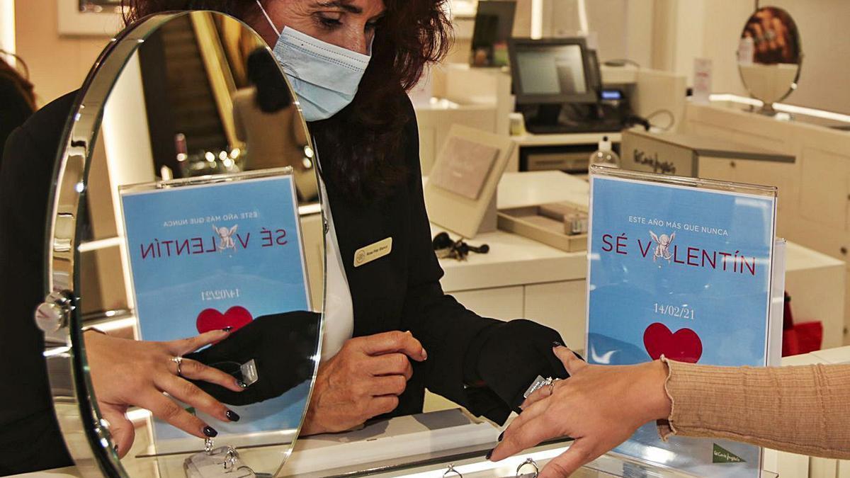 Compra de una joya selecta para San Valentín en Alicante.