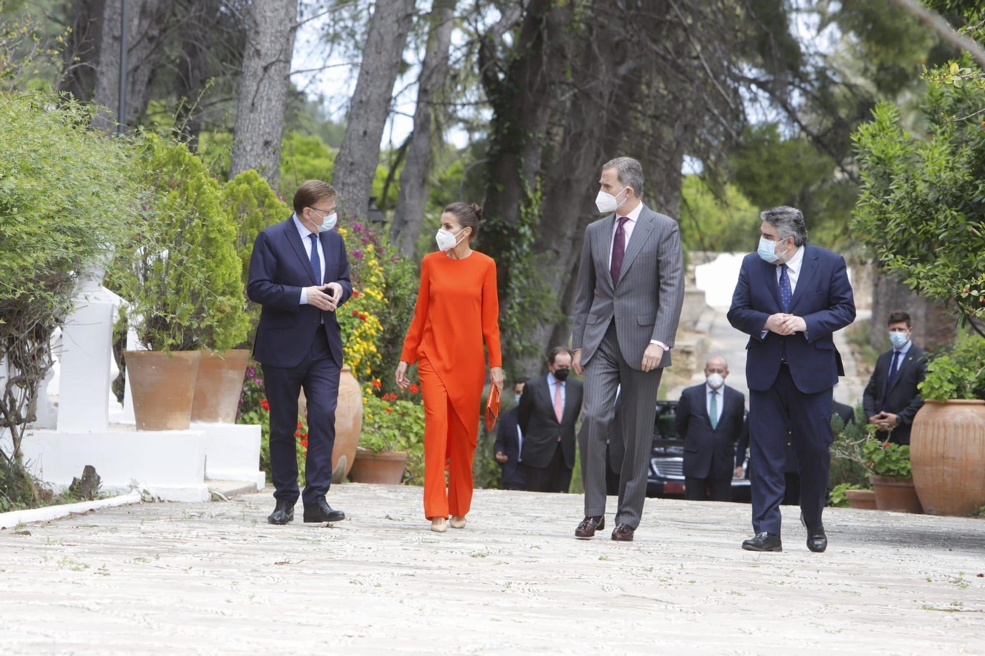 El vibrante look 'low cost' de la reina Letizia en Oliva para la entrega del Cervantes a Brines