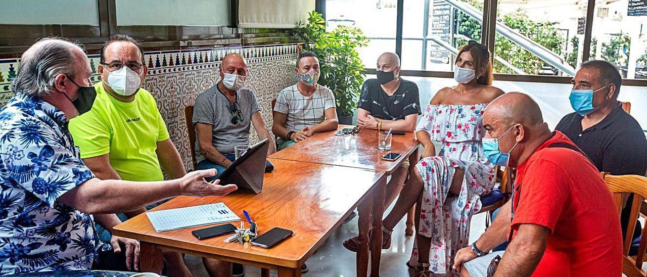 Una treintena de artistas de Benidorm se unen para pedir volver al escenario