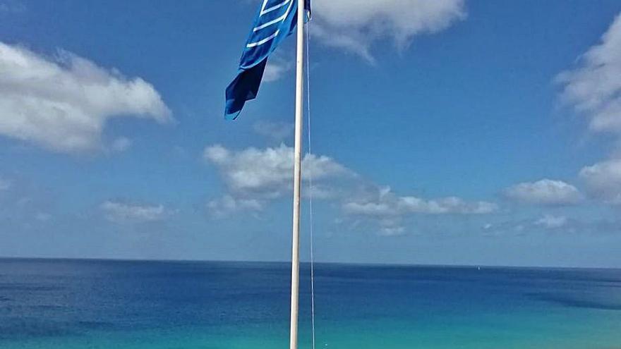 Pájara lidera la calidad de las playas majoreras con sus cuatro banderas azules