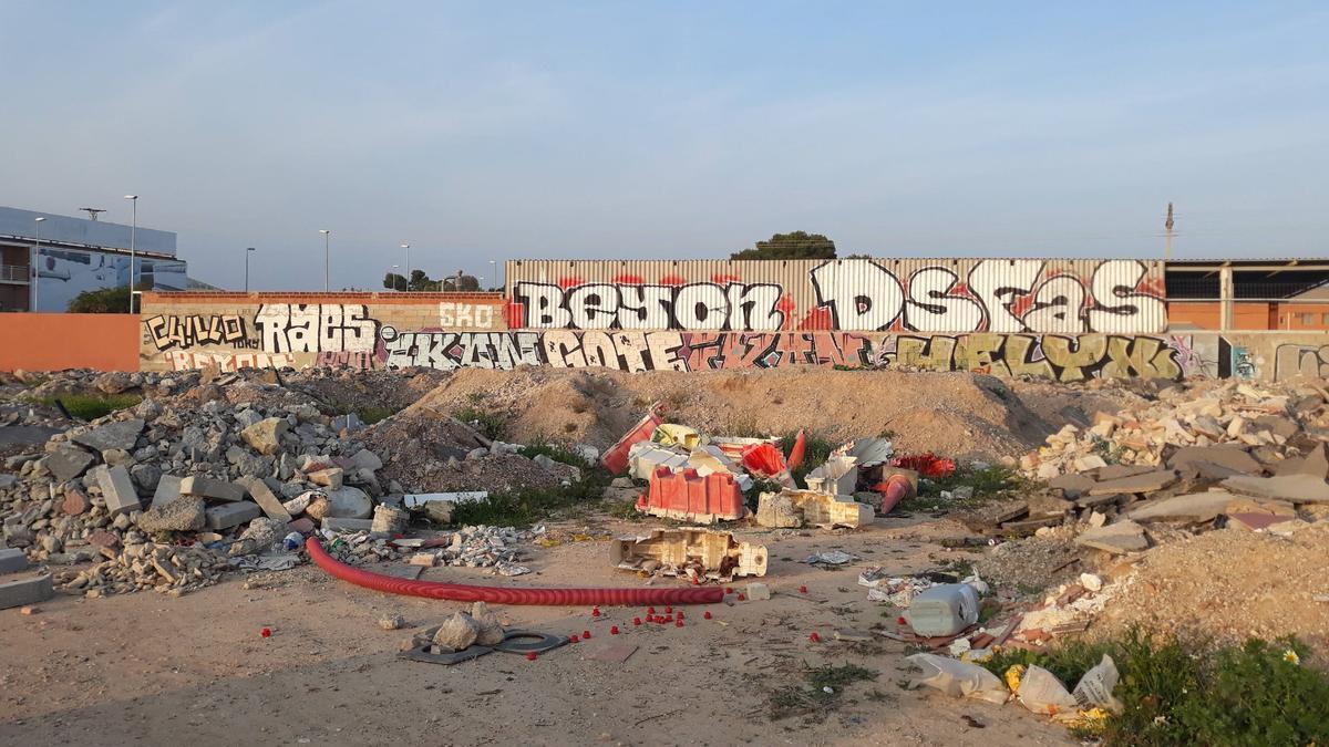 Una pared en Santa Isabel con innumerables firmas.
