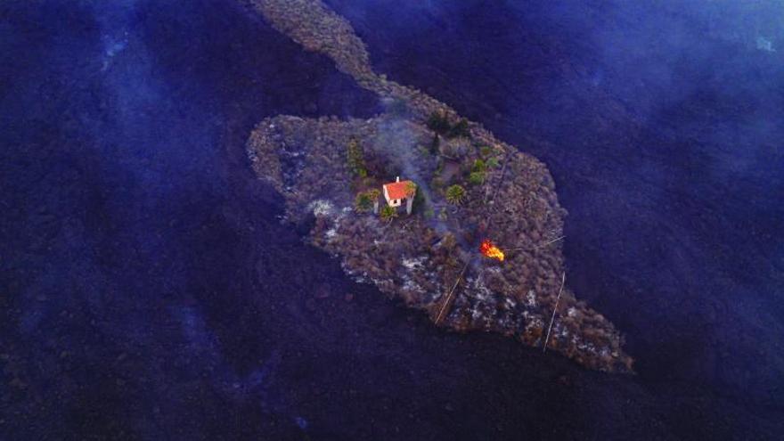 Els veïns de La Palma rescaten els seus records in extremis