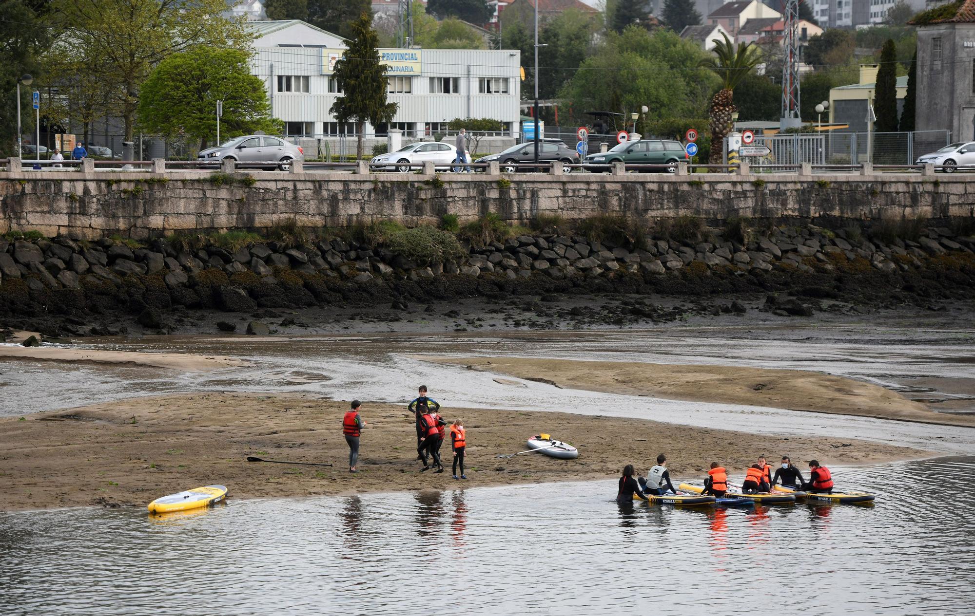 Caminando por el Lérez: las mareas vivas destapan el lecho del río