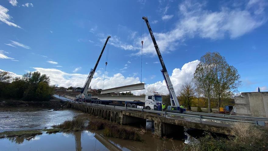El puente de Domez da un paso de gigante con la instalación de la plataforma