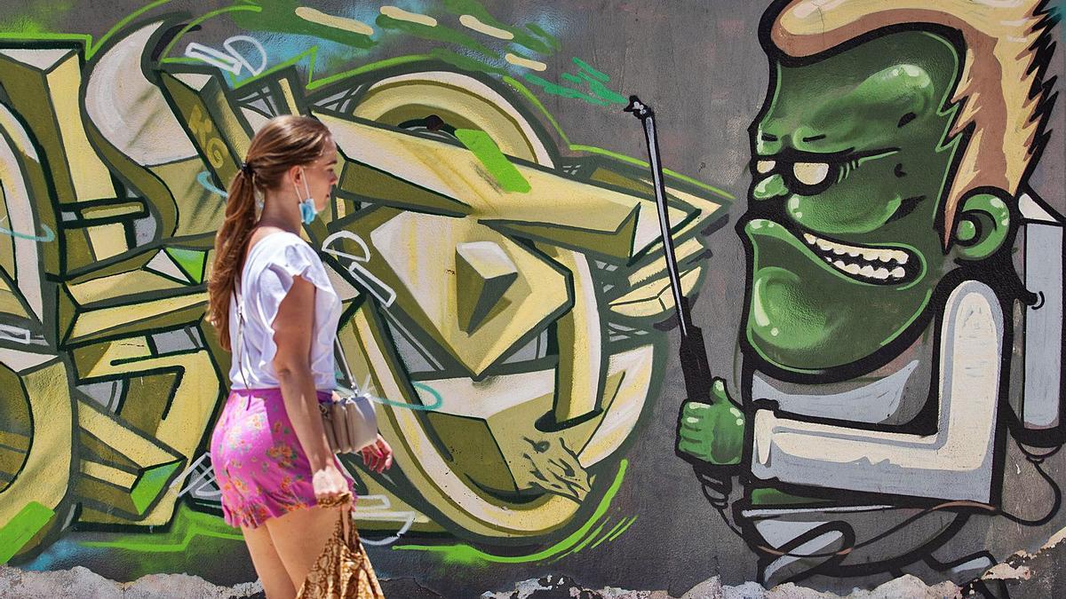 Una joven pasea por una calle de Santa Cruz de Tenerife.