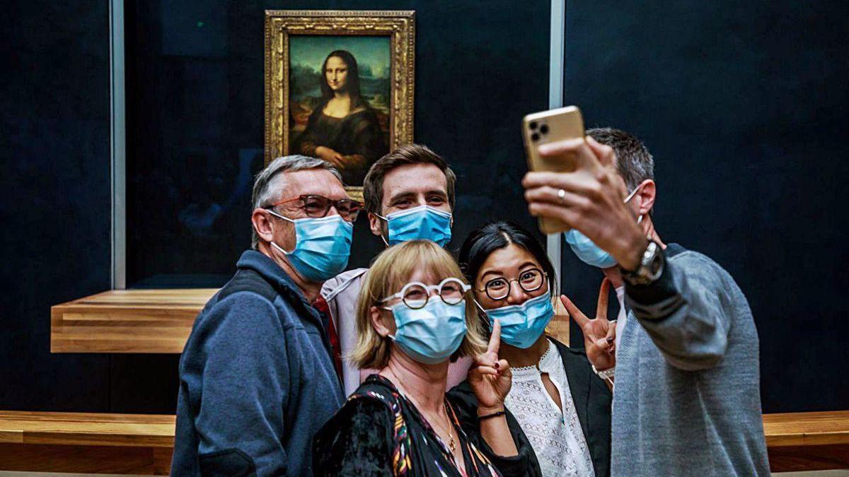 El Louvre reabre a medio gas
