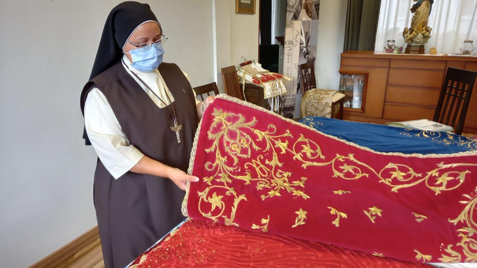 El ropero de la Santina: más de medio centenar de mantos dignos de una reina