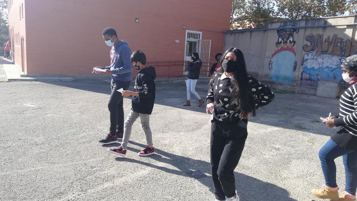 Un grupo de alumnos evalúa el estado del patio al inicio del proyecto 'Sueña tu patio'.
