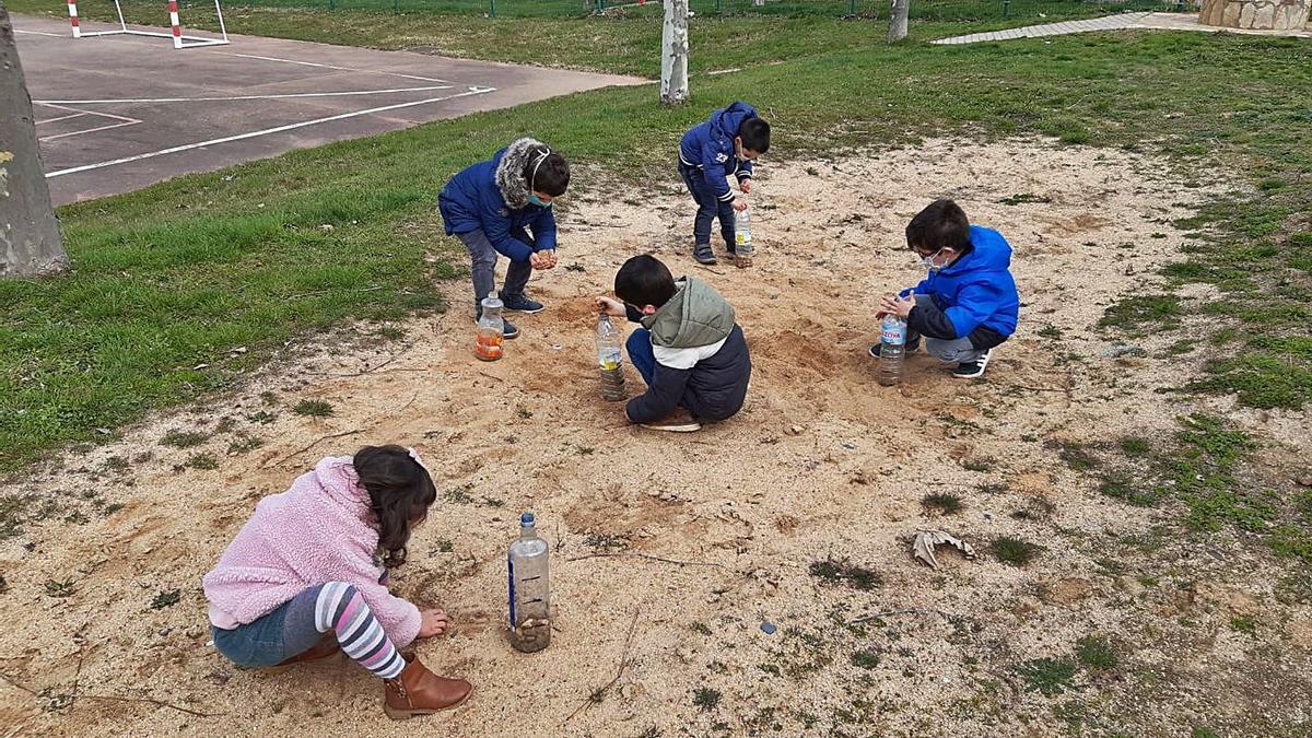Varios de los alumnos de Sarracín jugando con la arena.   Ch. S.