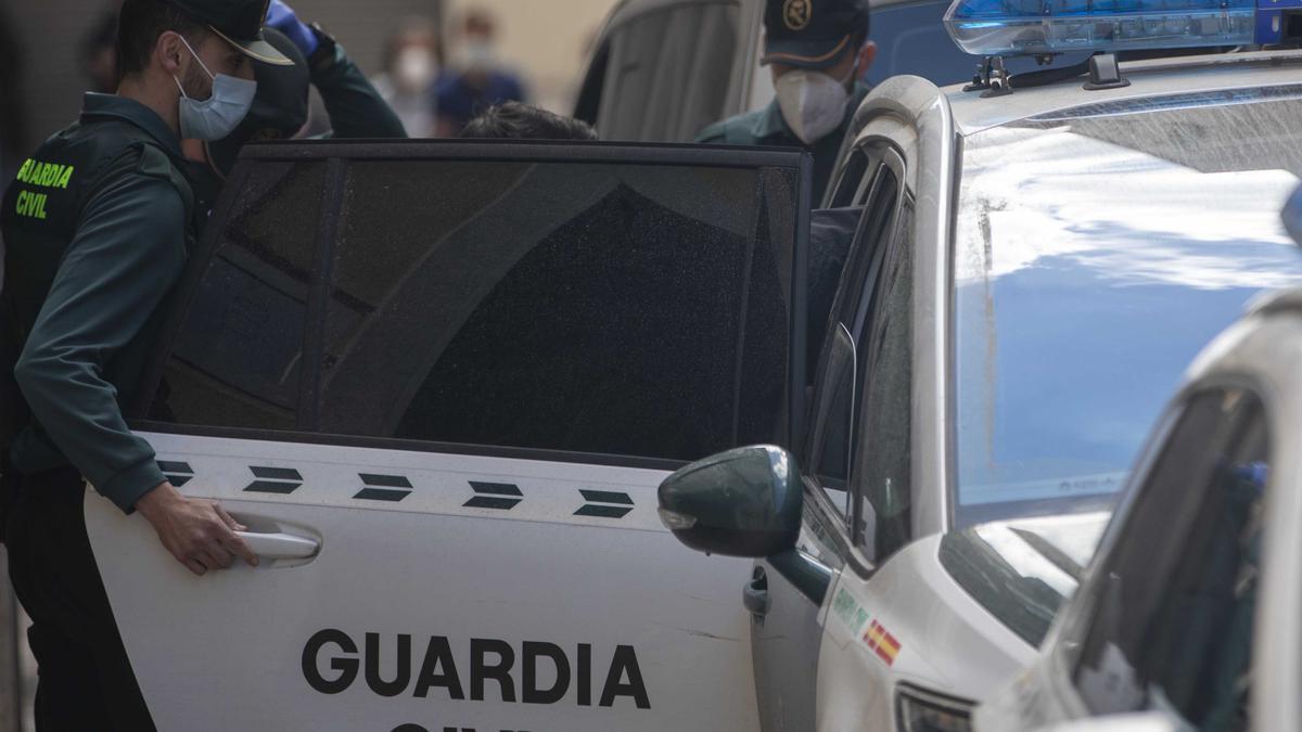 El detenido saliendo del coche de la Guardia Civil.