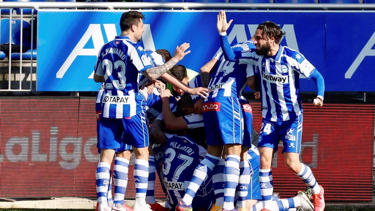 Los jugadores del Alavés celebran el gol de Battaglia.