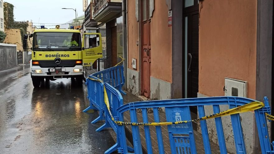 El agua ocasiona desprendimientos en una vivienda en Guía