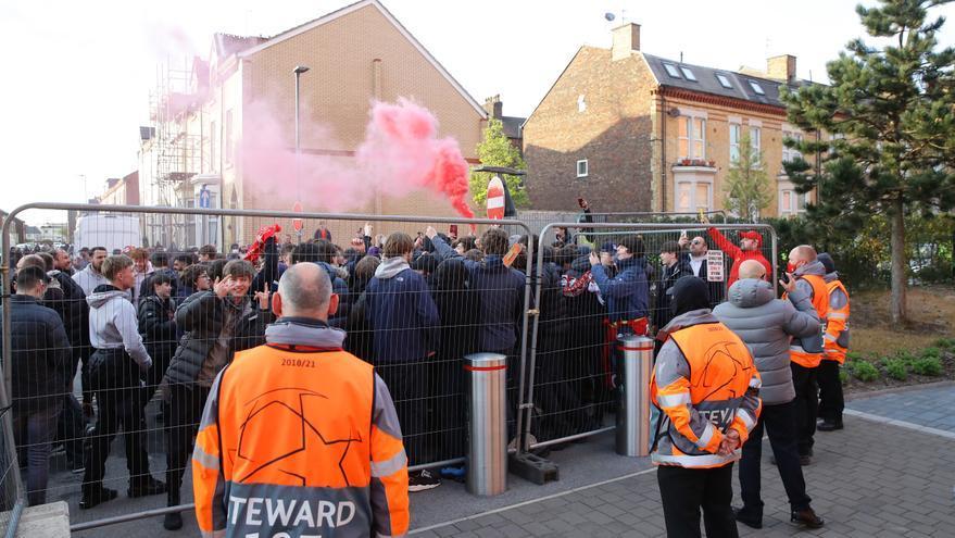 Aficionados del Liverpool apedrean el autobús del Real Madrid y dejan una luna rota