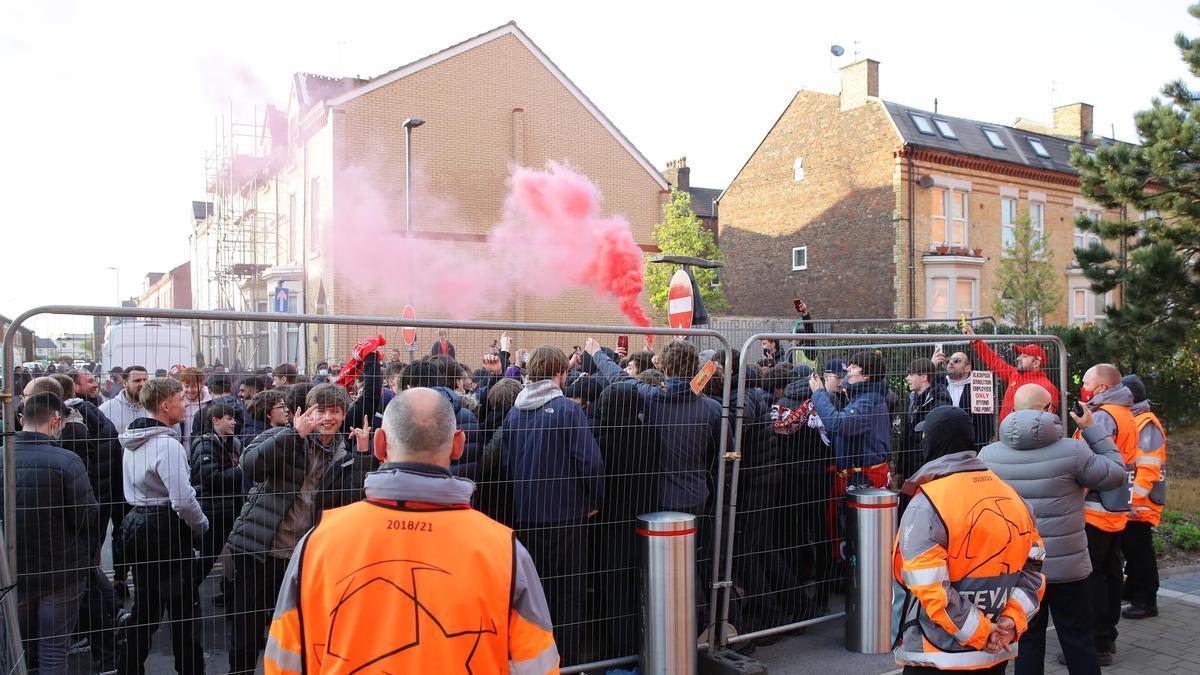 Los aficionados del Liverpool, concentrados antes de la llegada de los equipos a Anfield.