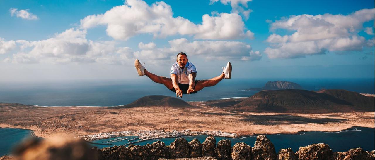 Ray Zapata realiza un salto en el Mirador del Río (Lanzarote) con La Graciosa al fondo.