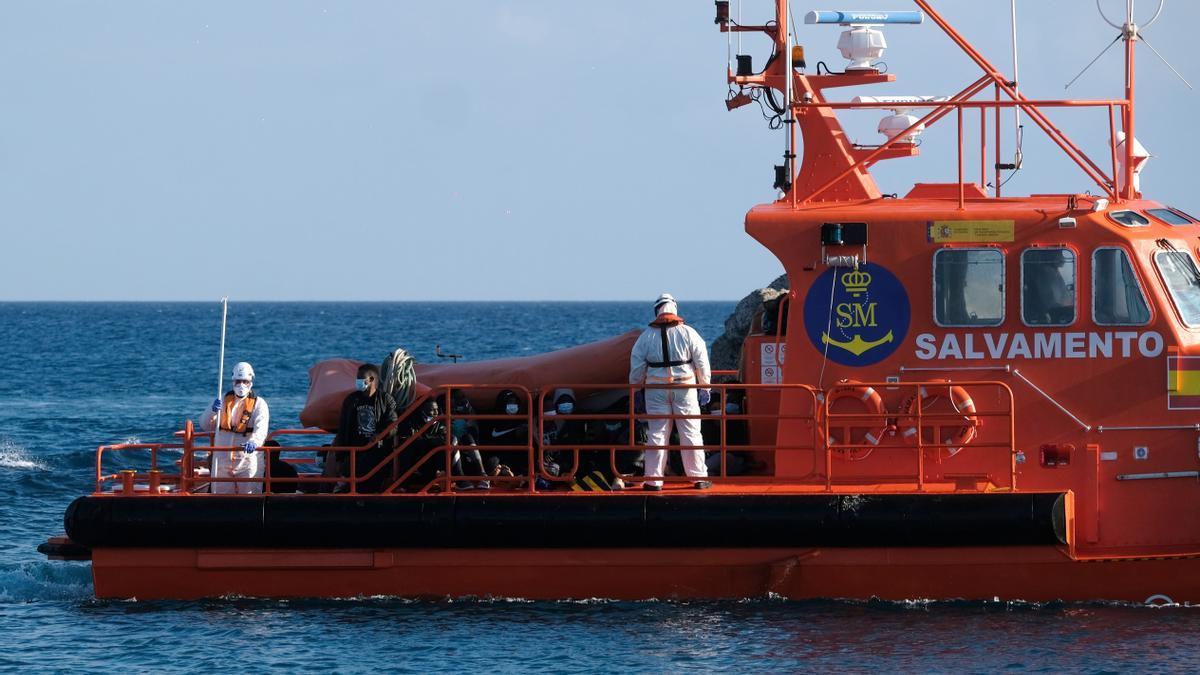 Operaciones de rescate de una patera en Canarias.
