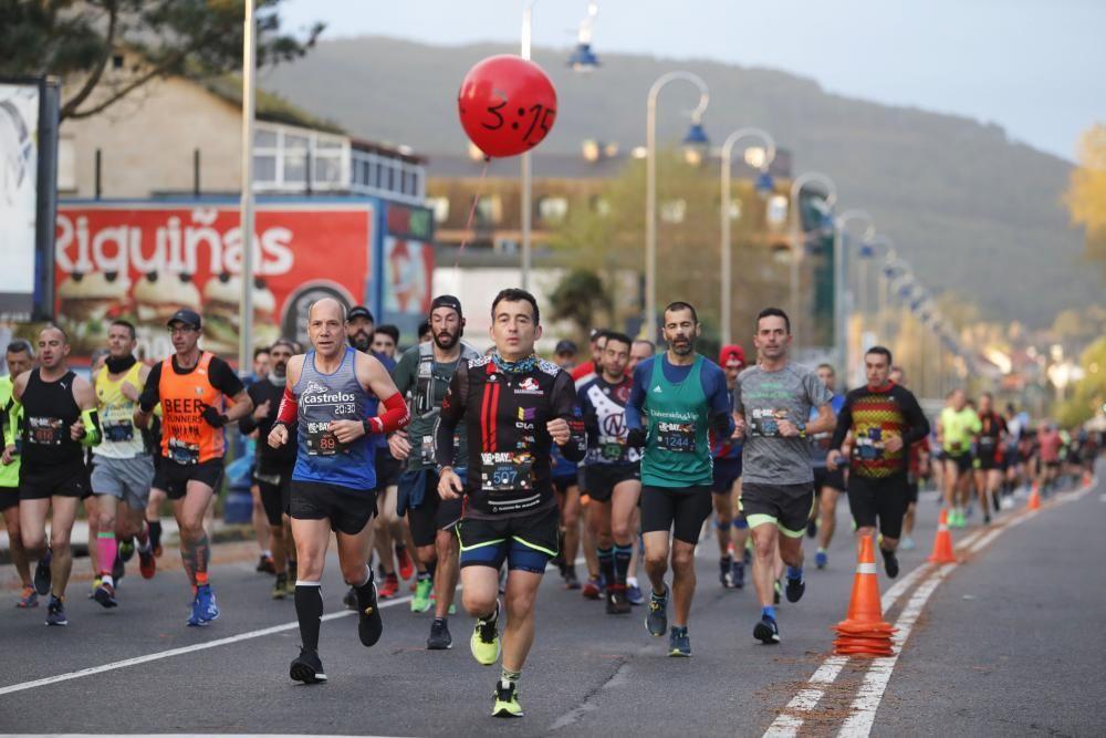 Los corredores del maratón completan la primera mitad del recorrido en los alrededores de Samil y Coruxo.