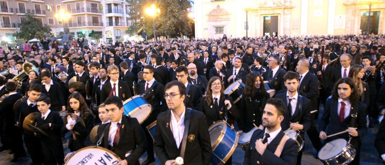 Medio millar de músicos interpretan 'Paquito el Chocolatero'