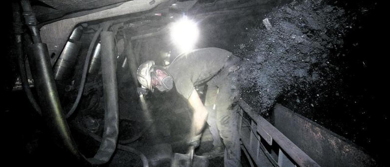 Un minero trabajando en el interior del pozo Santiago, en Aller. | Miki López