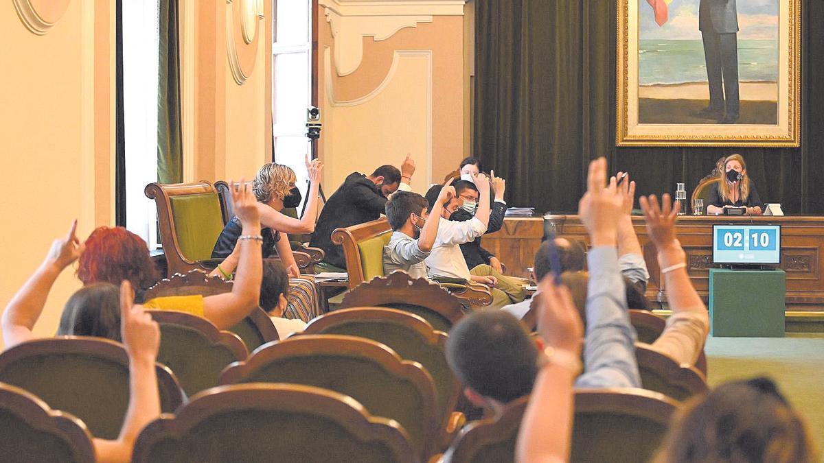 Ediles del equipo de gobierno de la capital de la Plana votan en uno de los puntos del día del pleno ordinario del Ayuntamiento.