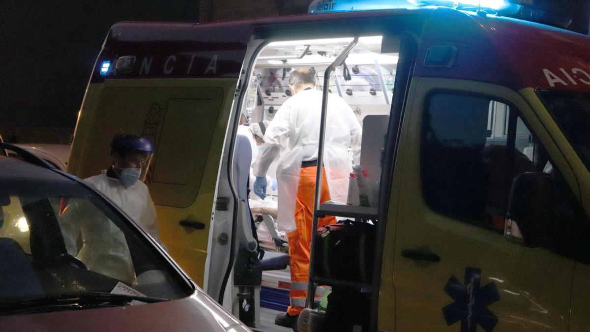 Atienden en la ambulancia al hombre acuchillado en Torrent