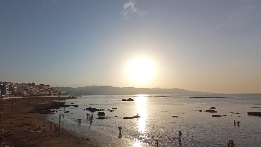 Más de 30 grados, cielos despejados y calima este martes en Canarias