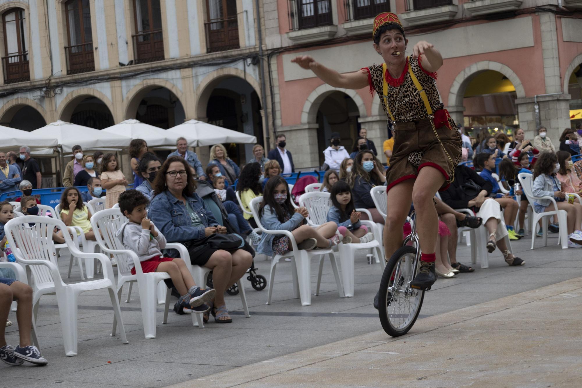 """Circo en el último día del festival """"AstuRisas"""" en Avilés"""