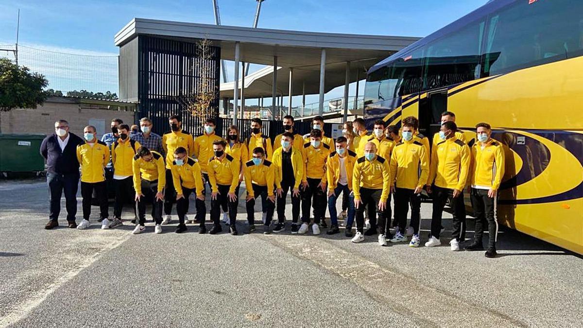 El equipo del Ribadumia posa antes de salir ayer en dirección a Asturias. |  // FDV