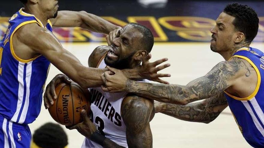 Lebron James le da la primera victoria a los Cavaliers