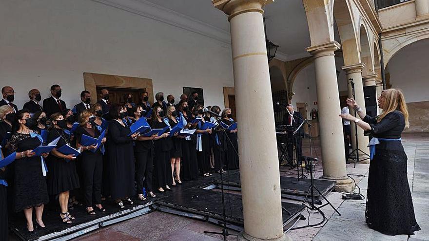 El coro del Colegio de Abogados deslumbra en el patio de la Universidad