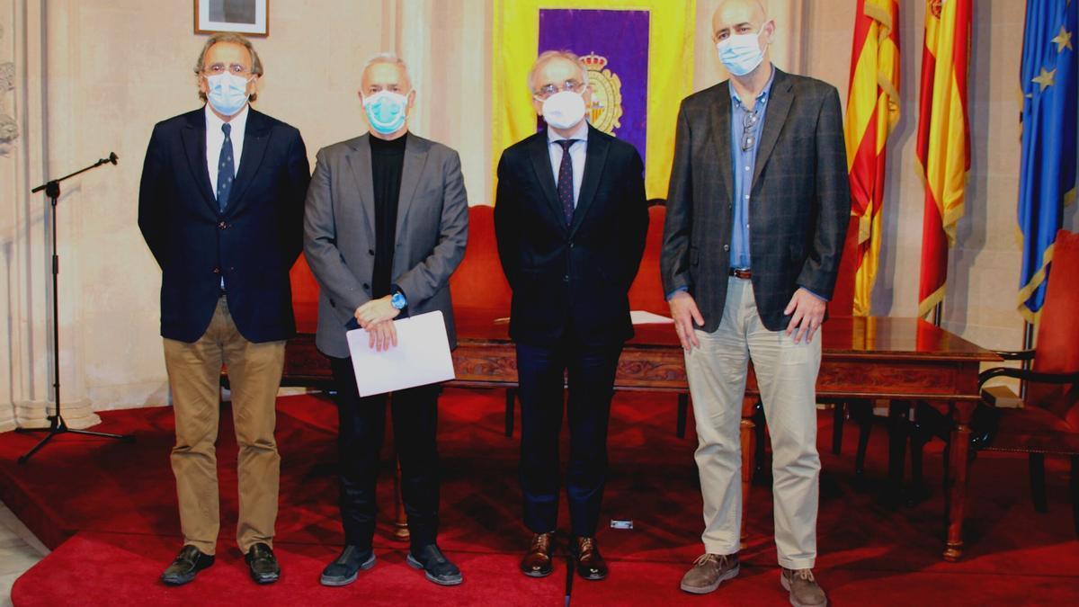 El doctor Pere Riutord junto a los presidentes el doctor Matías Tomás y Diego González y el doctor Ángel Arturo López