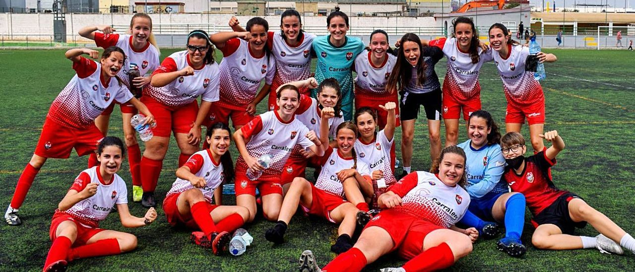 Las jugadoras del infantil-cadete festejan el título de liga, en el campo Paquito Coloma. | CIUTAT DE XÀTIVA CFB