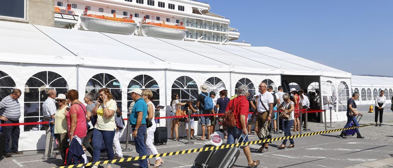 Pasajeros guardan cola en Vigo para embarcar en un crucero de Pullmantur. / Marta Brea