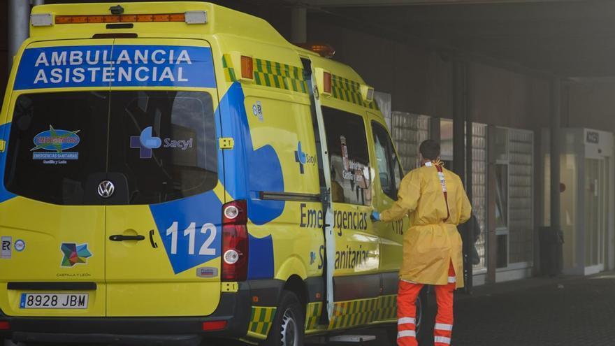 Una ambulancia traslada a un paciente en la segunda ola COVID