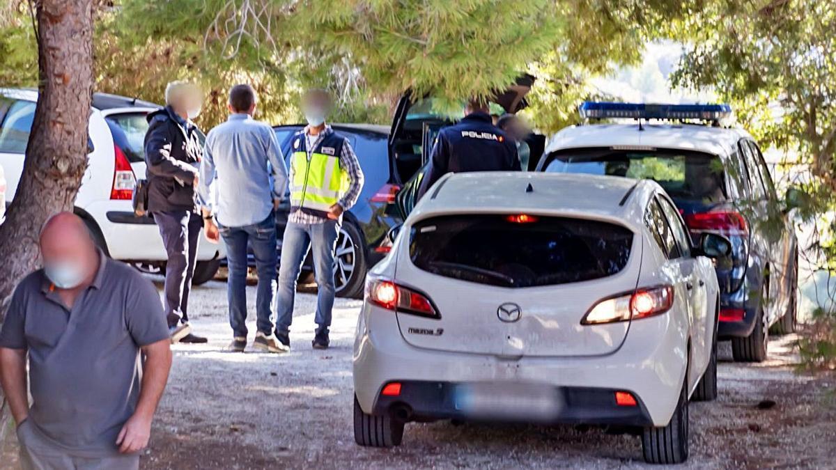 Los agentes de la Policía Nacional registraron ayer la casa donde capturaron al presunto homicida. | A. P. F.