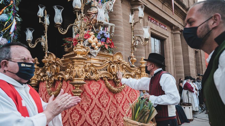 Cinco carretas en representación de los barrios hacen la ofrenda a Santiago