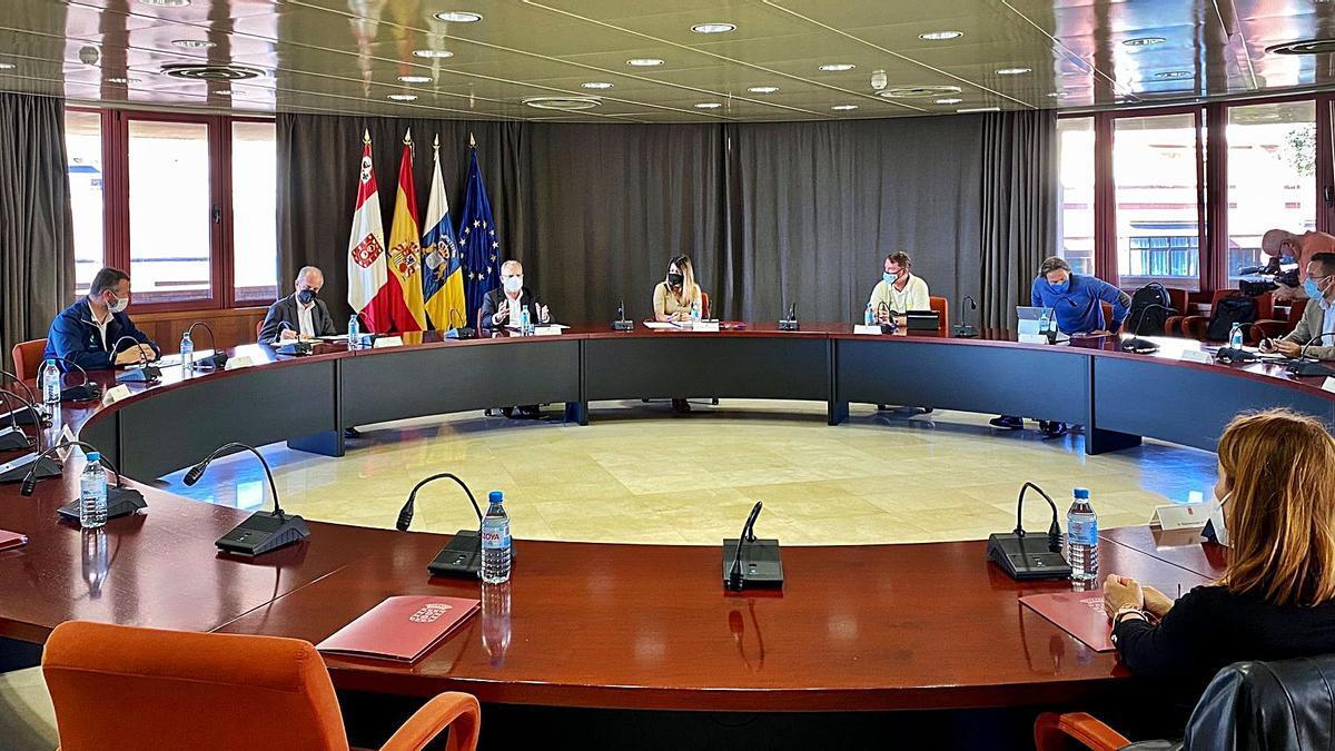 Un momento de la reunión celebrada en la sede del Cabildo de La Gomera.