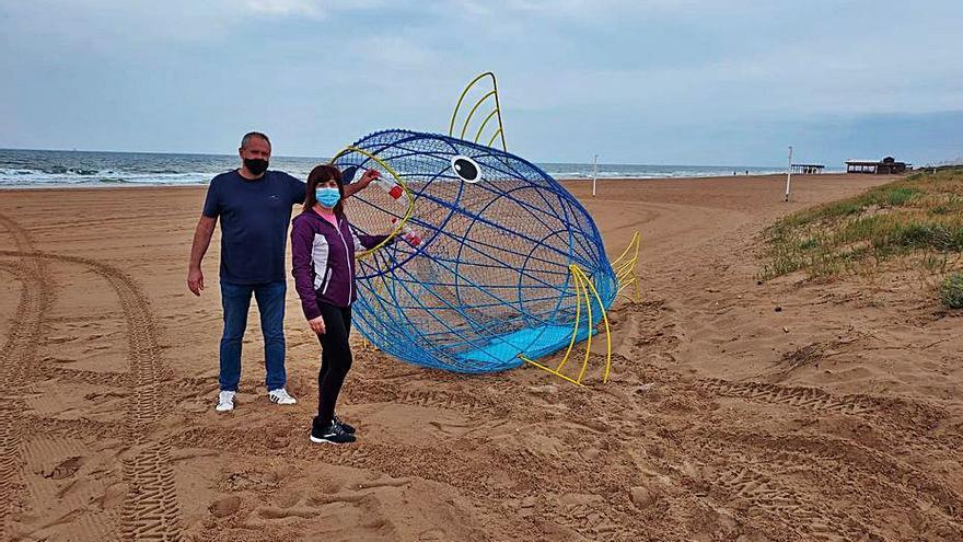 Un peix 'menja plàstic' per a ajudar a reciclar a la platja de Xeraco