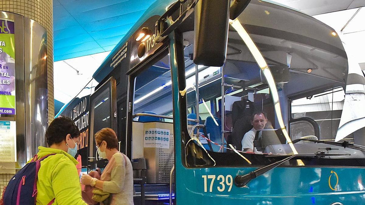 Una guagua de la empresa Global atiende a pasajeros en la estación de San Telmo. | | ANDRÉS CRUZ
