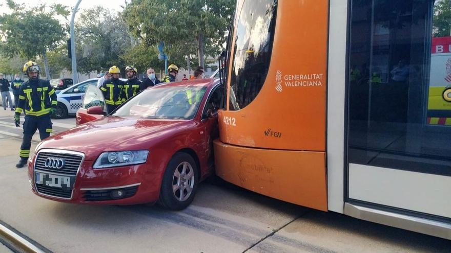 Dos heridas tras chocar su vehículo contra un tranvía en Alicante
