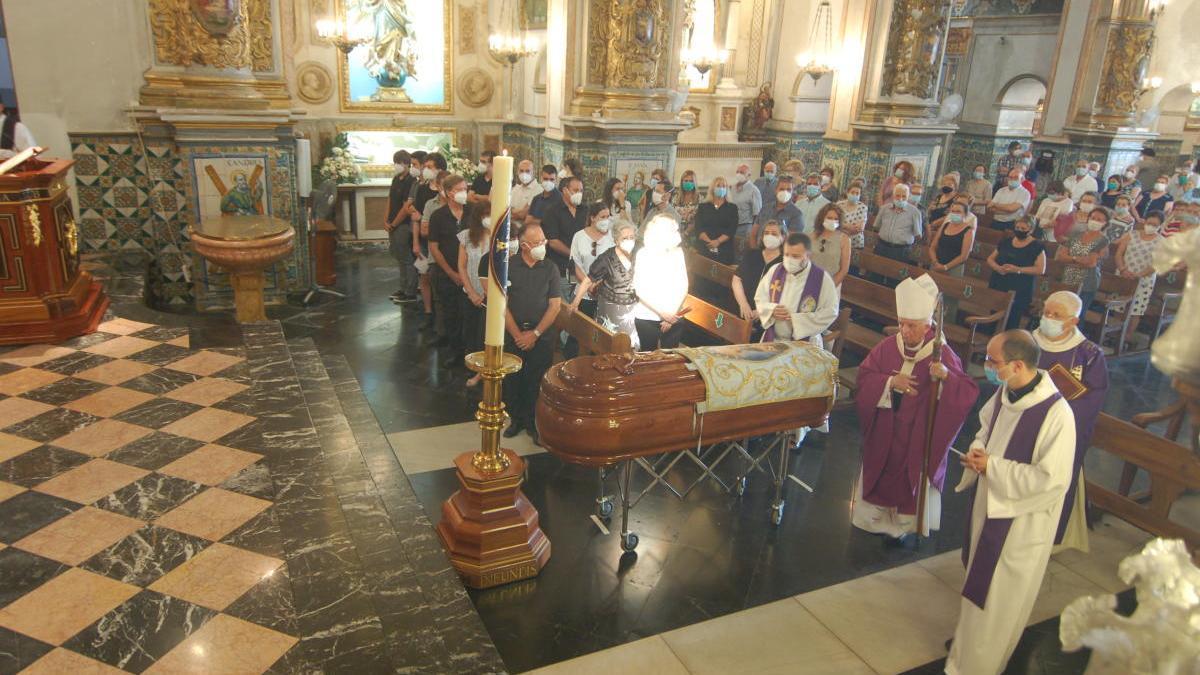 El cardenal Cañizares ante el féretro de Ernesto Colomer.