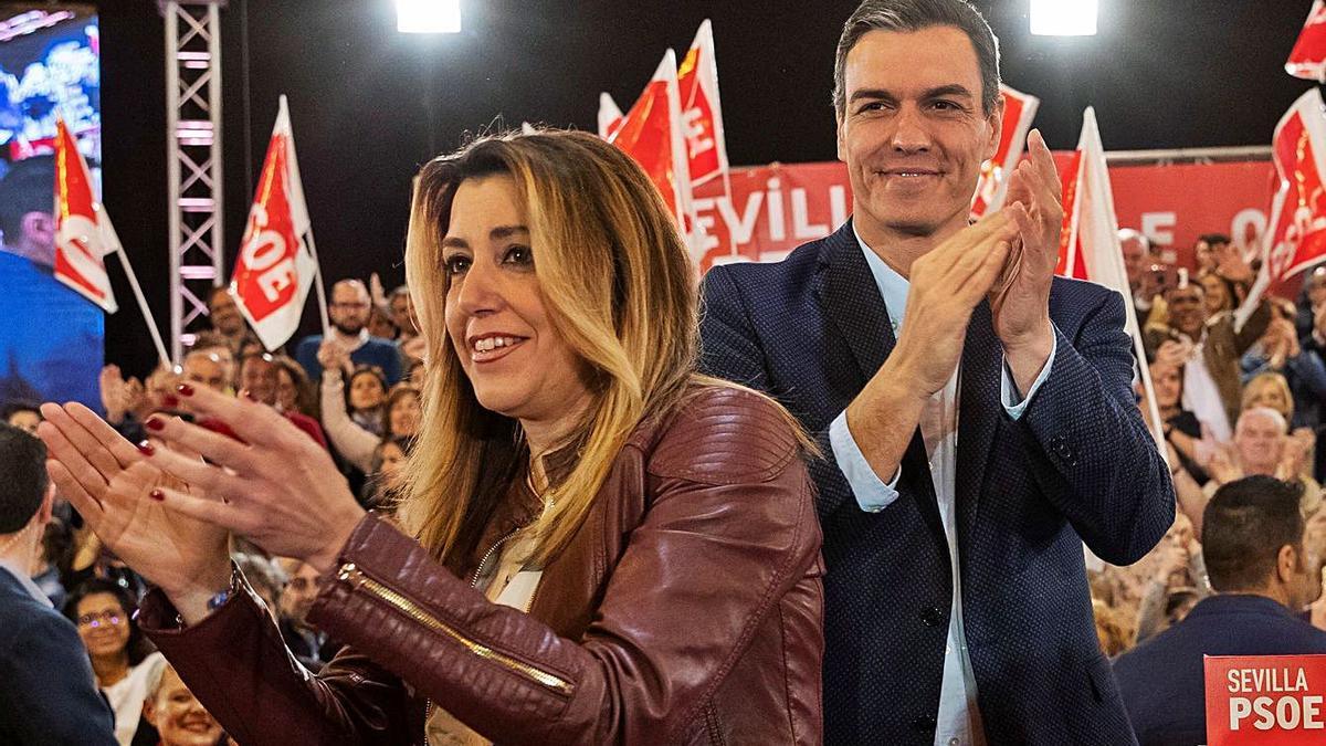 Los dirigentes socialistas Susana Díaz y Pedro Sánchez, durante un acto celebrado en Sevilla unos meses después de la derrota socialista en Andalucía.