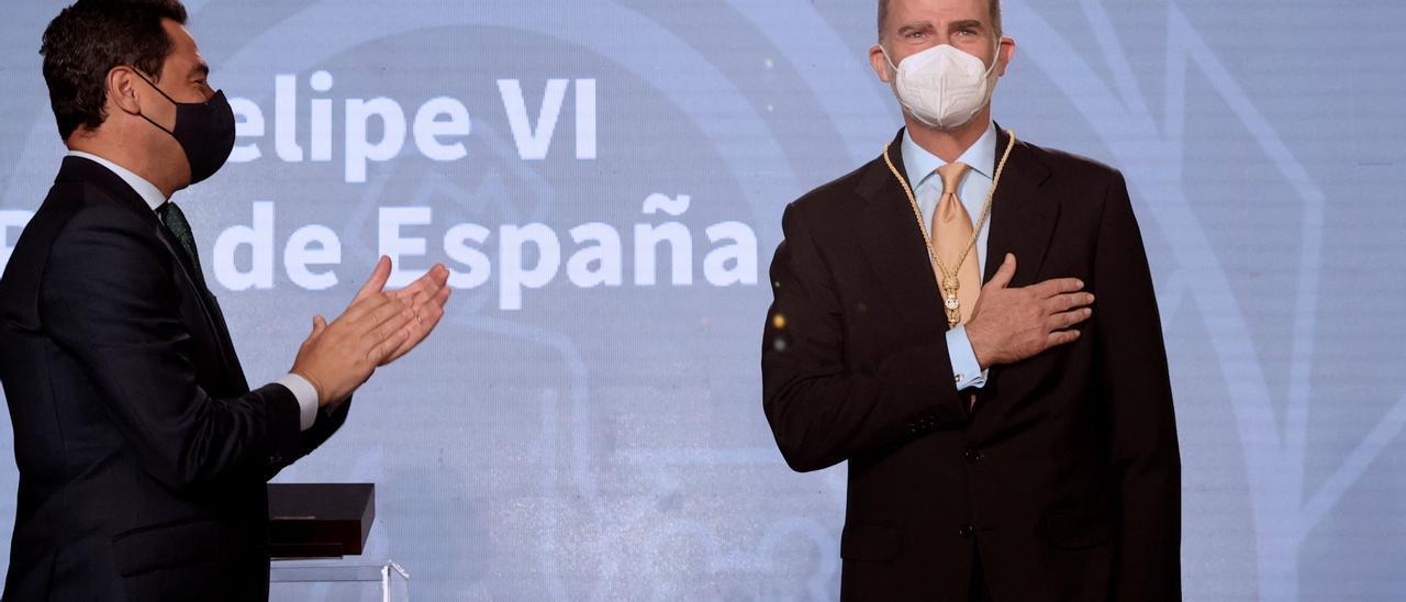 El Rey recibiendo la Medalla Honorífica de Andalucía.