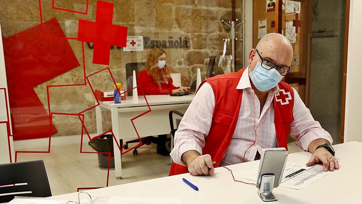 Manuel Mouriño, voluntario de Cruz Roja, en una sesión telefónica del taller de memoria. |   // JOSE LORES