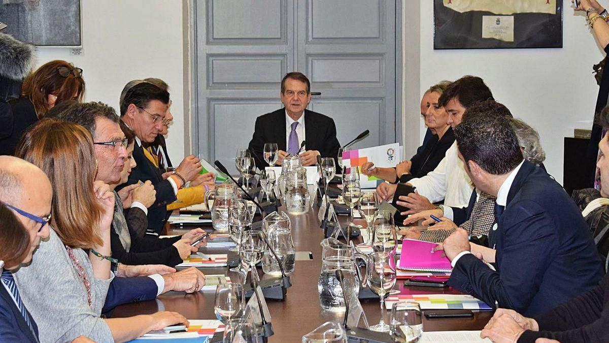 Caballero, centro, preside una reunión de la junta de gobierno de la FEMP en noviembre.