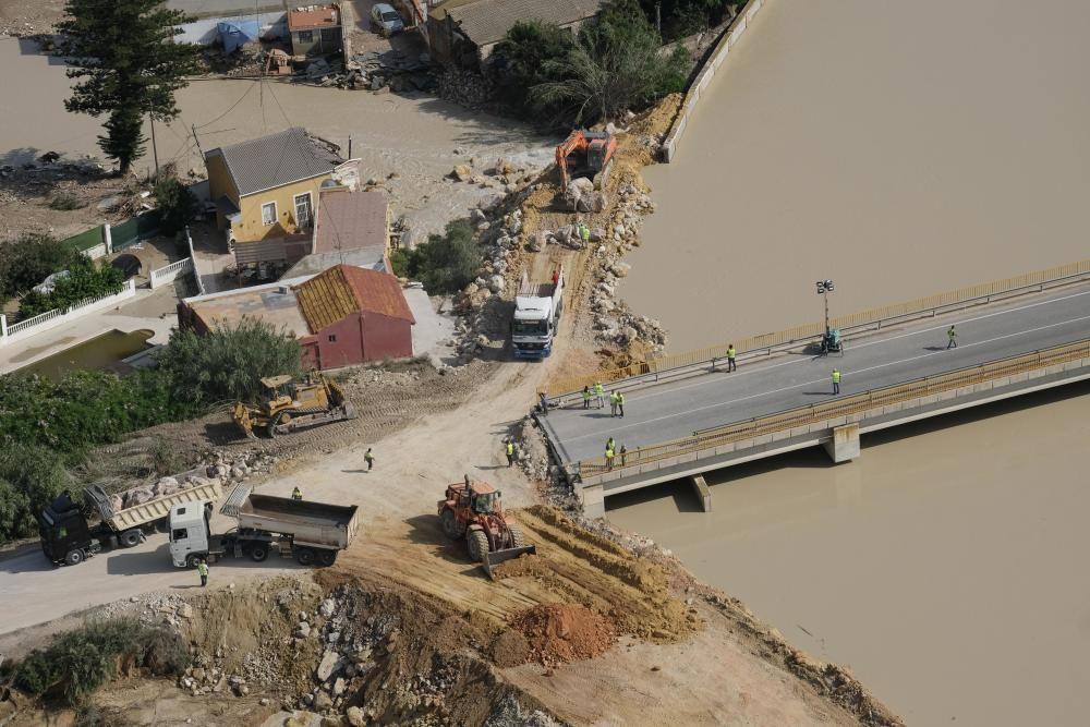 Trabajos de reparación del cauce del río Segura en la zona donde cedieron las motas en Algorfa-Almoradí