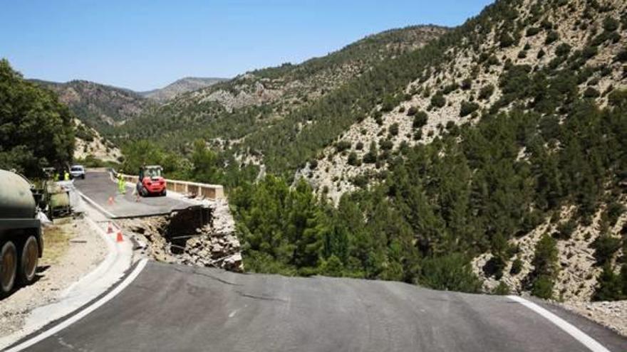 Cortan de forma indefinida la carretera que se desplomó entre Aras y el Rincón