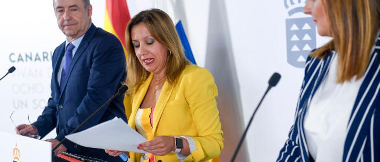 Rosa Dávila, flanqueada por los también consejeros Pedro Ortega y Nieves Lady Barreto, ayer.